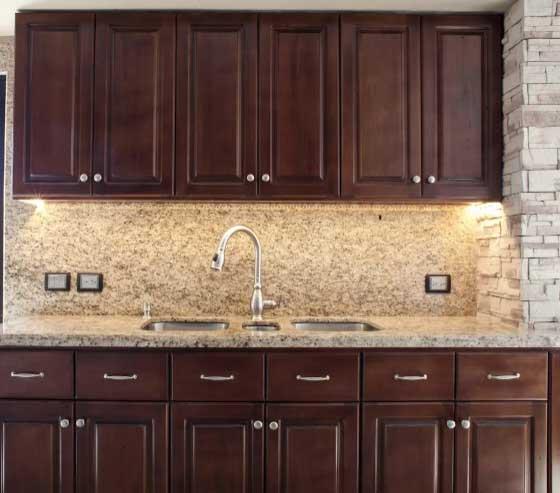 piedras y maderas en la cocina